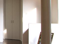 黒いタイルと白い壁と木の格子のデザイン