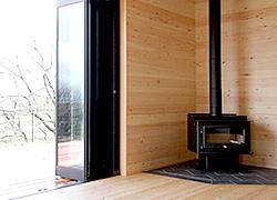 黒い外壁と無垢板の家