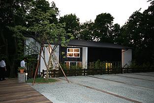 白い壁面と黒い屋根が印象的なカフェです